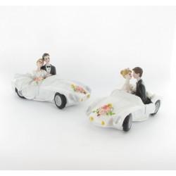 Figurine de mariés dans voiture
