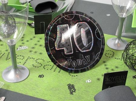 decorer une table d'anniversaire en vert et gris