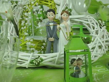 Inspiration déco pour une table de mariage en vert et blanc figurine de mariés