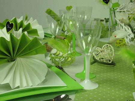 Inspiration déco pour une table de mariage en vert et blanc pliage de serviette
