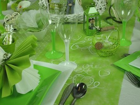 Inspiration déco pour une table de mariage en vert et blanc chemin de table