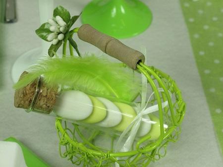 Inspiration déco pour une table de mariage en vert et blanc Porte dragée fiole