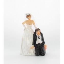 Couple mariés homme à genoux